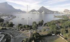 Torre que será usada por TVs se destaca no cenário: arquibancadas provisórias também ganharam forma no Estádio de Remo Foto: Marcelo Carnaval / Agência O Globo