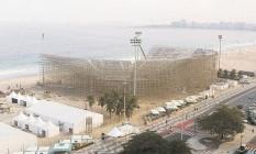 A arena para as partidas de vôlei de paia: o complexo construído sobre as areias inclui duas quadras para aquecimento dos atletas e cinco para treinos Foto: Domingos Peixoto / Agência O Globo