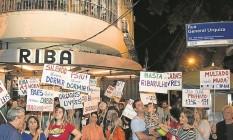 Moradores fazem protesto na porta de bar na Rua Dias Ferreira Foto: Antônio Scorza / Agência O Globo