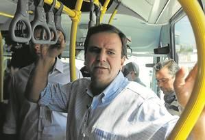 O prefeito Eduardo Paes num ônibus do Transolímpico: ele aposta que mobilidade foi uma grande conquista Foto: Gabriel de Paiva / Agência O Globo