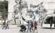 No chamado Boulevard olímpico, na Avenida Rodrigues Alves, o artista Kobra começa a pintar um painel de 3 mil metros quadrados em alusão aos Jogos: região vai concentrar uma série de atividades