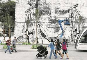 No chamado Boulevard olímpico, na Avenida Rodrigues Alves, o artista Kobra começa a pintar um painel de 3 mil metros quadrados em alusão aos Jogos: região vai concentrar uma série de atividades Foto: Domingos Peixoto / Agência O Globo