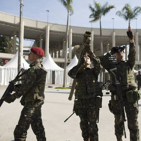 Na foto, homens do Exército patrulham o entorno do Maracanã e exibem um fuzil antiaéreo Foto: Márcia Foletto / Agência O Globo