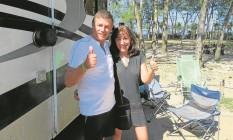 """O casal argentino Alfredo e Adriana no camping do Pontal: """"Não podíamos perder esta oportunidade"""", disse a professora aposentada Foto: Luiz Ernesto Magalhães"""