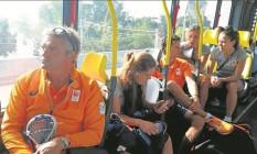 A equipe da Holanda viaja no Transolímpico: percurso entre Recreio e Deodoro levou cerca de 40 minutos Foto: Luiz Ernesto Magalhães
