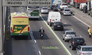 Justiça cassa liminar que proibe multar motorista que trafegar em faixa seletiva da Rio-2016 Foto: Márcio Alves / Agência O Globo