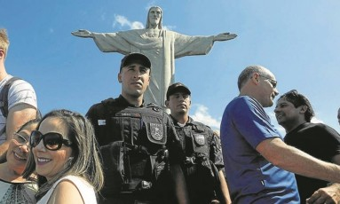 O secretário de Segurança, José Mariano Beltrame (de azul, à direita), visita o Cristo Redentor para discutir esquema de segurança: monumento ganhou câmeras Foto: Gabriel de Paiva / Agência O Globo