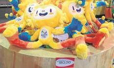 Noa loja da Vila dos Atletas, os mascotes custam R$ 180 Foto: Victor Costa