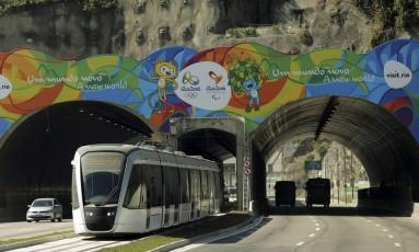 Linha do VLT vai da rodoviária até o Santos Dumonte passa no túnel da Av Binário, próximo ao AquaRio Foto: Gabriel de Paiva / Arquivo/Agência O Globo