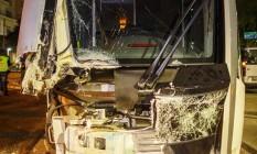 Composicão do Veículo Leve sobre Trilhos (VLT) se chocou com no Centro do Rio, na noite desta sexta-feira Foto: Daniel Marenco / Agencia O Globo