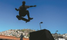 Aluno de skate faz uma manobra na Vila Olímpica da Gamboa, perto do Morro da Providência: o esporte é um dos que mais fazem sucesso entre os jovens. Todas as atividades do espaço têm 1.235 pessoas matriculadas Foto: Pedro Kirilos / Agência O Globo