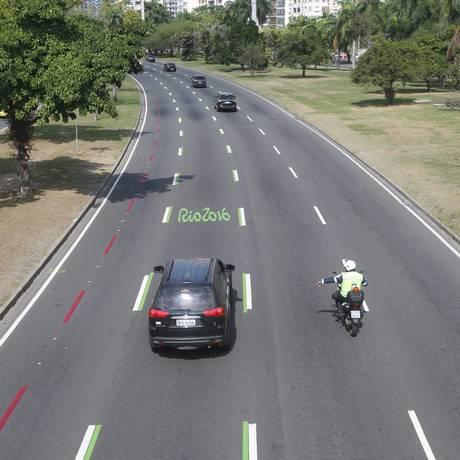 Agente da CET-Rio multa motorista que invadiu a faixa verde, reservada exclusivamente à família olímpica Foto: Custódio Coimbra / Agência O Globo