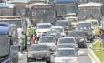 Congestionamento na Av. Armando Lombardi, Barra: objetivo de feriado é reduzir impactos no trânsito