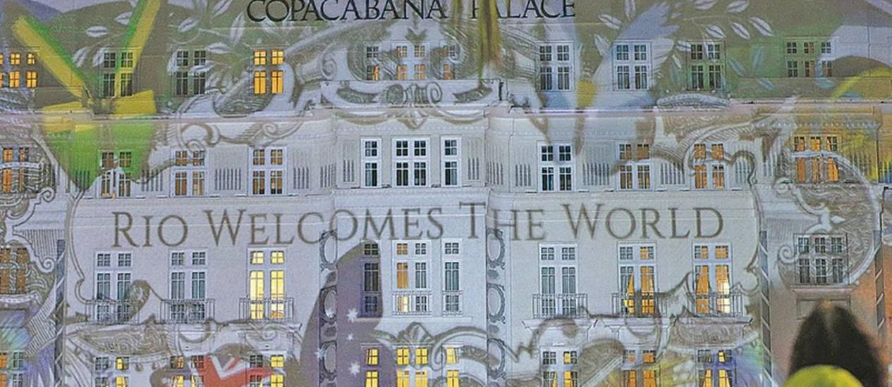Cariocas e turistas assistem à projeção na fachada do Copacabana Palace: evento acontecerá todas as noites até o dia 14 Foto: Domingos Peixoto / Agência O Globo