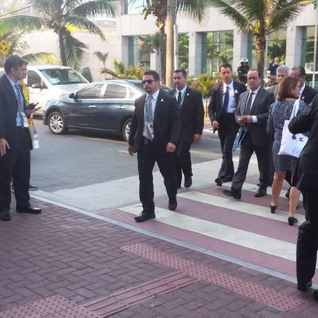Presidente francês François Hollande chega ao hotel na Barra onde se reúne com o presidente do COI, Thomas Bach, sob forte esquema de segurança Foto: Renato Grandelle
