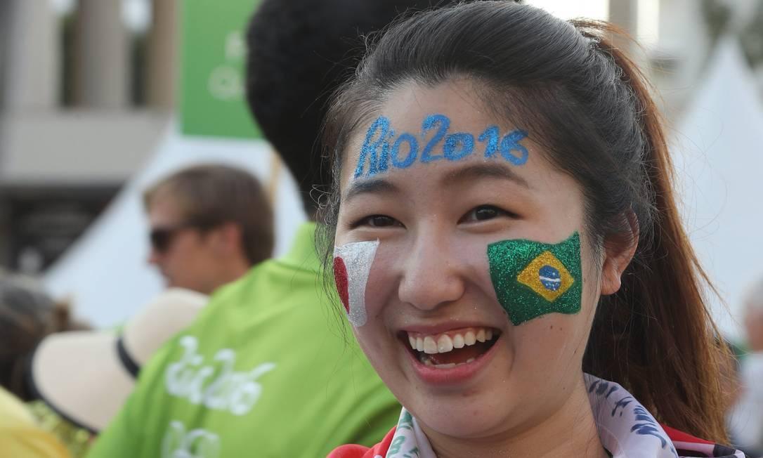 Turista com as bandeiras do Japão e do Brasil estampadas no rosto Foto: Marcelo Carnaval / Agência O Globo