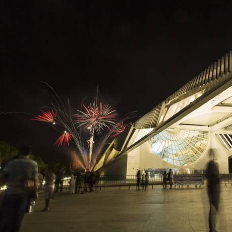 Fogos de artificio atras do Museu do Amanhã apos o show da Preta Gil no Boulevard Olímpico na Orla Conde, no Centro da cidade Foto: Leo Martins / Agência O Globo