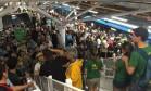 Funcionário dá orientações aos passageiros na estação Jardim Oceânico às 1h03 Foto: Foto de Leitor / Agência O Globo