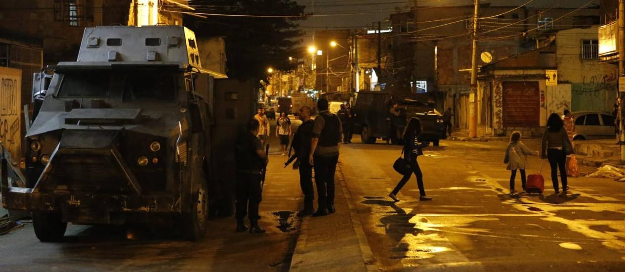 Força Nacional é atacada atiros na entrada da Vila Do João Foto: Domingos Peixoto / Agência O Globo