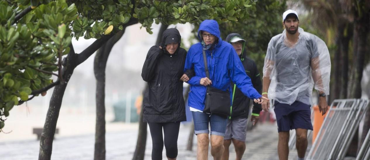 Frente fria chega ao Rio trazendo chuva e frio. Na foto, o calçadão do Arpoador Foto: Márcia Foletto / Agência O Globo