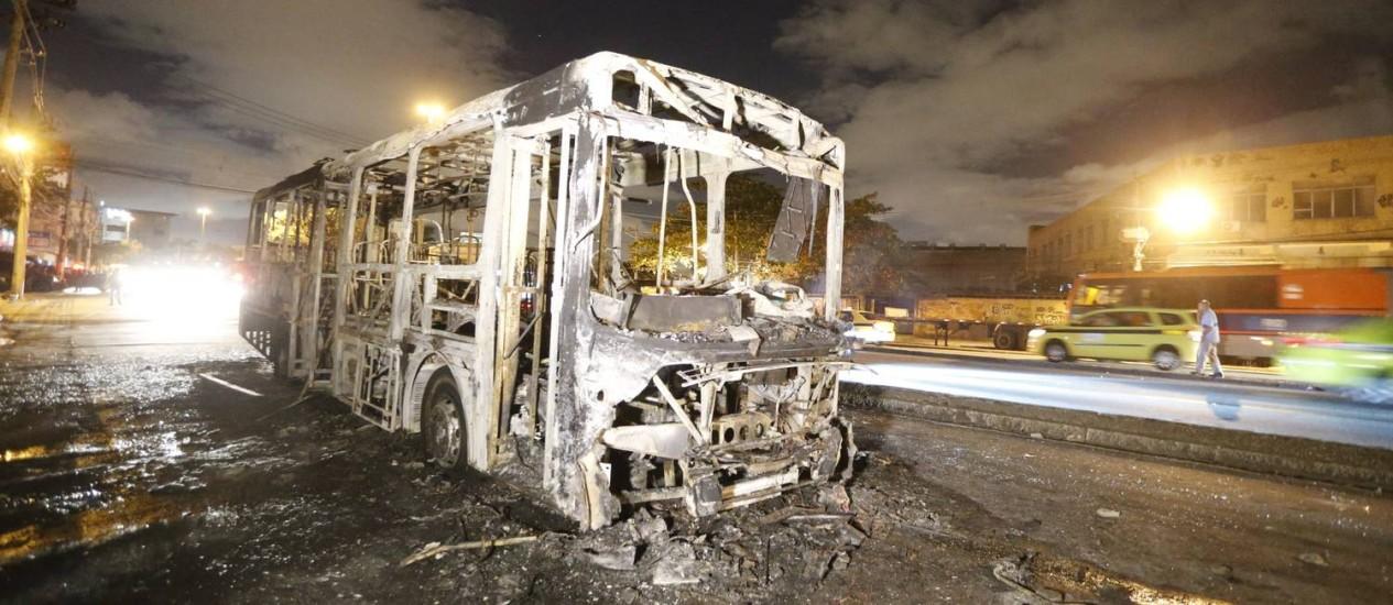 Moradores queimaram ônibus em Del Castilho Foto: Domingos Peixoto / Agência O Globo