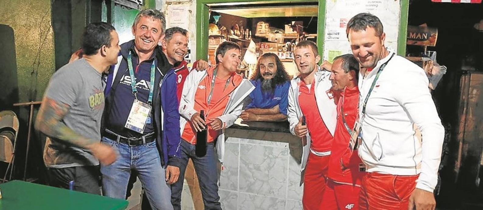 José Felipe de Araújo, o Bin Laden, junto a integrantes de delegações estrangeiras em seu bar Foto: Fabio Rossi / O Globo