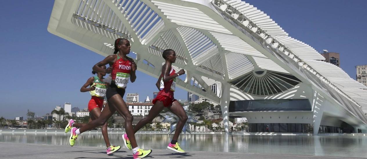 Passando em frente ao Museu do Amanhã, as maratonistas Jemima Sumgong, do Quênia, que ficou com a medalha de outro, Mare Dibaba, da Etiopia (bronze), Eunice Jepkirui Kirwa, do Bahrein (prata), lideraram a competição Foto: PILAR OLIVARES / REUTERS