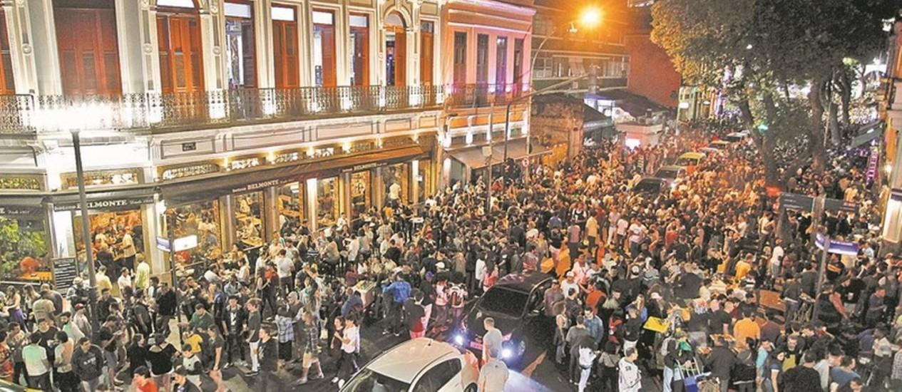 Pouco antes do amanhecer, no domingo, a Rua Mem de Sá continua lotada: quando acabam os shows da Praça Mauá, uma multidão segue para o bairro Foto: Pedro Teixeira