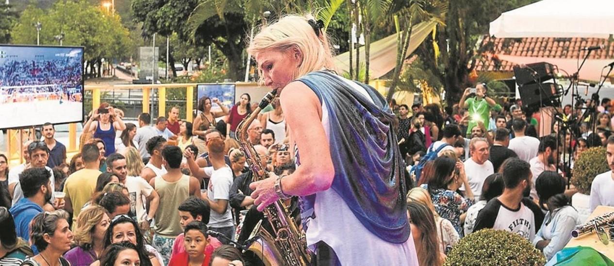 Instrumentista toca saxofone num dos shows que vêm embalando visitantes da Casa da Áustria, em General Severiano Foto: Barbara Lopes / Agência O Globo