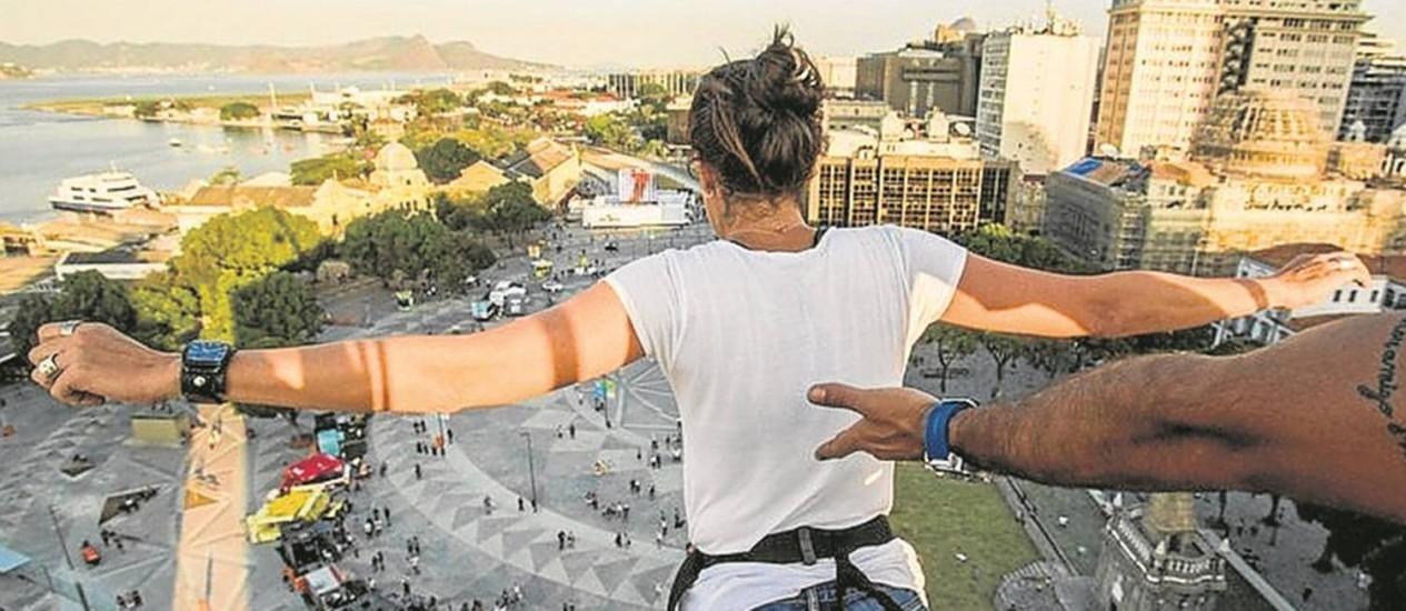 Uma jovem se prepara para saltar: diversão muito concorrida Foto: Bárbara Lopes