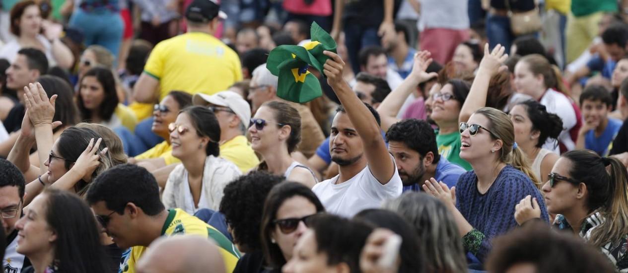 Centenas de pessoas assistem à final do vôlei entre Brasil e Itália no Boulevard Olímpico Foto: Domingos Peixoto / Agência O Globo