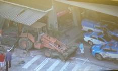 Retroescavadeira foi abandonada por criminosos Foto: Reprodução / TV Globo