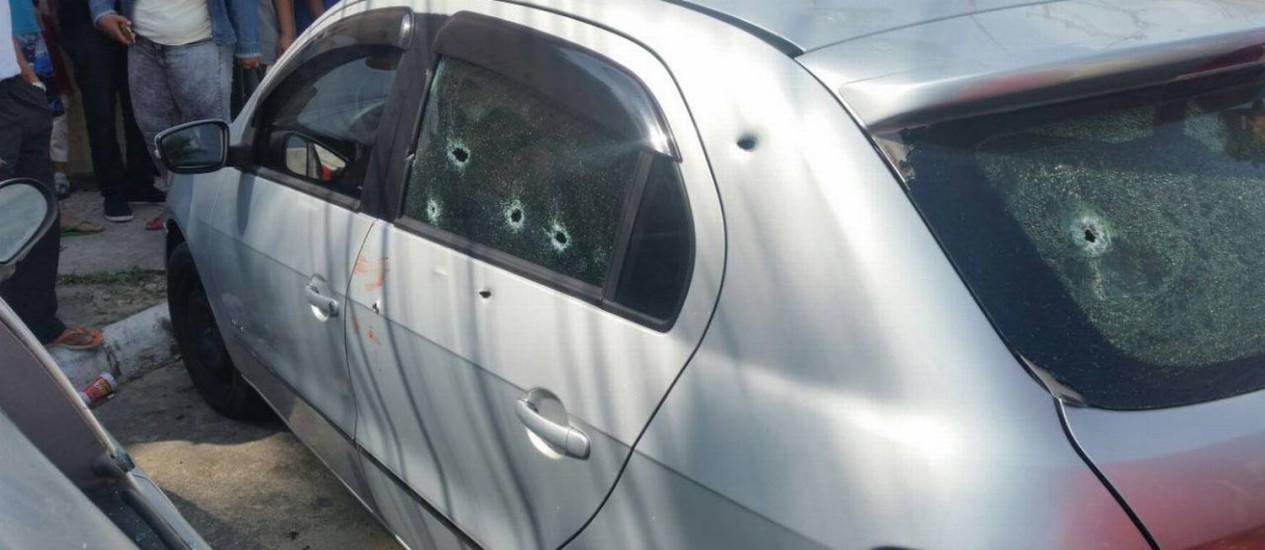 Carro atingido na manhã desta terça-feira em Maricá Foto: Gustavo Goulart