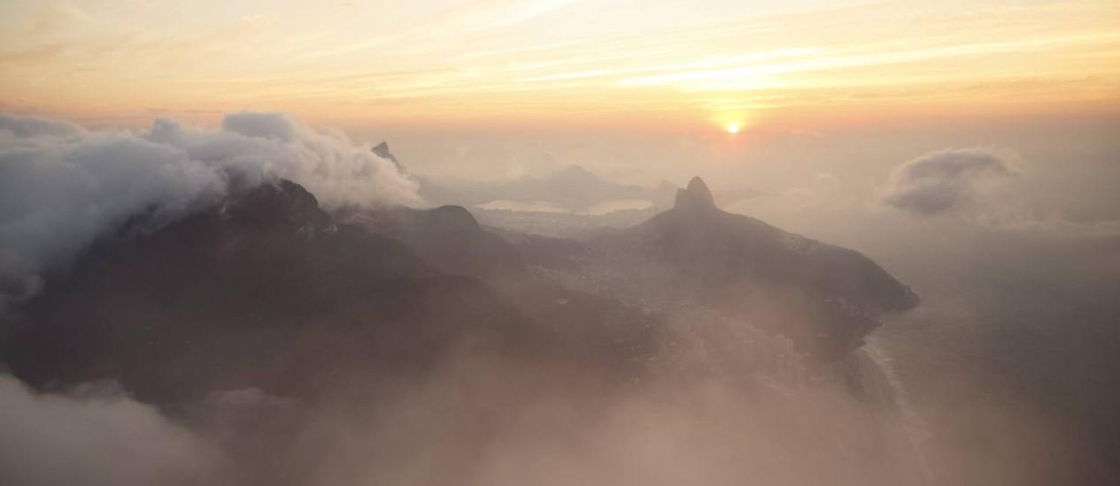 O amanhecer visto do topo da montanha Foto: Daniel Marenco / Agência O Globo