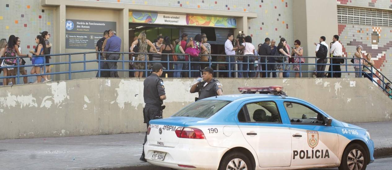 Na foto, estação de Irajá, de onde o trem estava partindo. A polícia foi chamada e o acesso a estação foi limitado Foto: Márcia Foletto / Agência O Globo