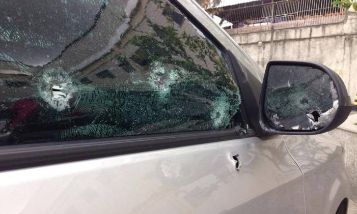 Marca dos disparos no carro dos policiais militares à paisana Foto: Foto: Maurício Ferro