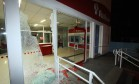 Agência bancária na Rua Cândido Benício ficou destruída durante confronto Foto: Paulo Nicolella / Agência O Globo