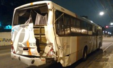Um dos ônibus envolvidos no acidente ficou com a parte traseira danificada Foto: Reprodução
