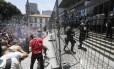 Manifestantes protestam em frente à Alerj e entram em conflito com policiais