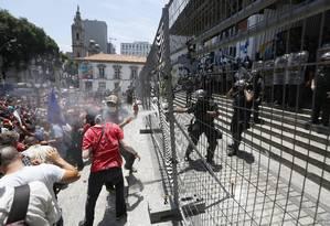 Manifestantes protestam em frente à Alerj e entram em conflito com policiais Foto: Pablo Jacob / Agência O Globo