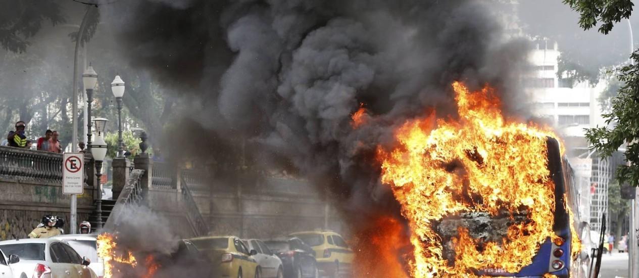 Ônibus da Viação Pégaso pega fogo na Glória Foto: Domingos Peixoto / Agência O Globo