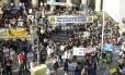 Servidores públicos fazem protesto em frente à Alerj contra o pacote de ajustes do governo estadual