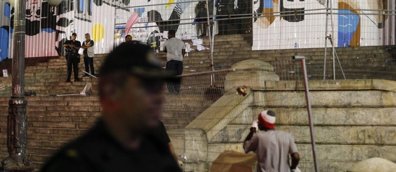 Operários recolocam a grade que foi derrubada durante mainifestação em frente à Alerj Foto: Alexandre Cassiano / Agência O Globo
