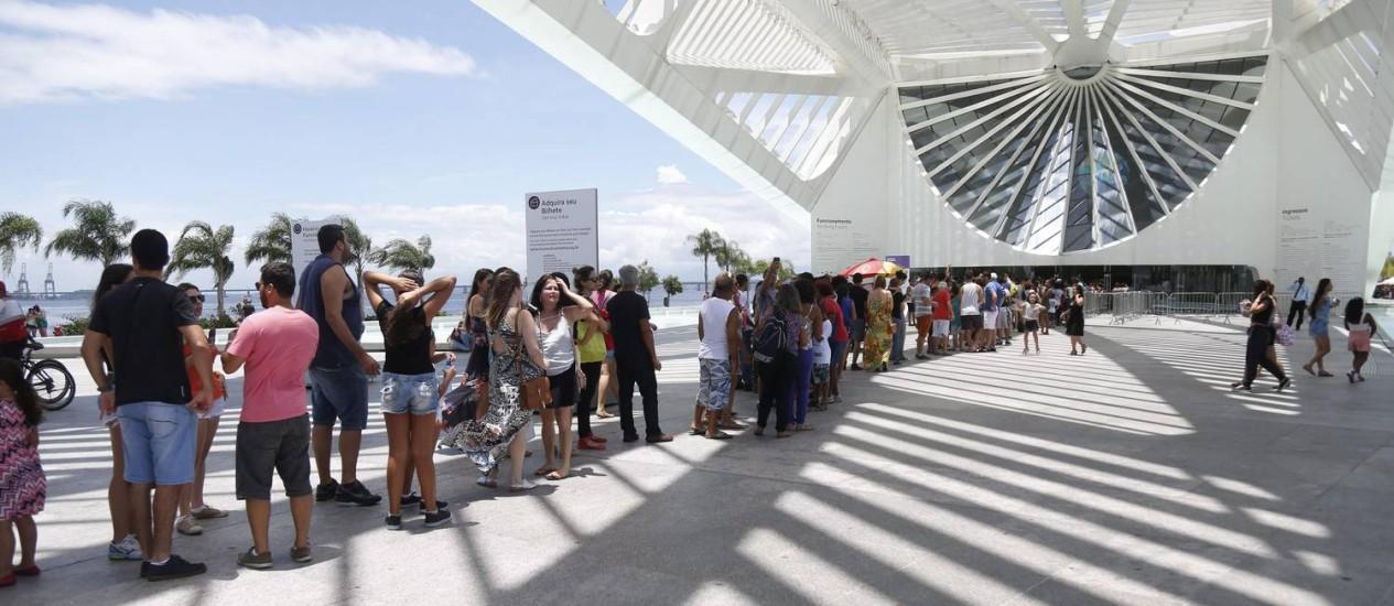 Fila e entrada gratuita na comemoração do primeiro ano de funcionamento do Museu do Amanhã Foto: Marcelo Carnaval / Agência O Globo