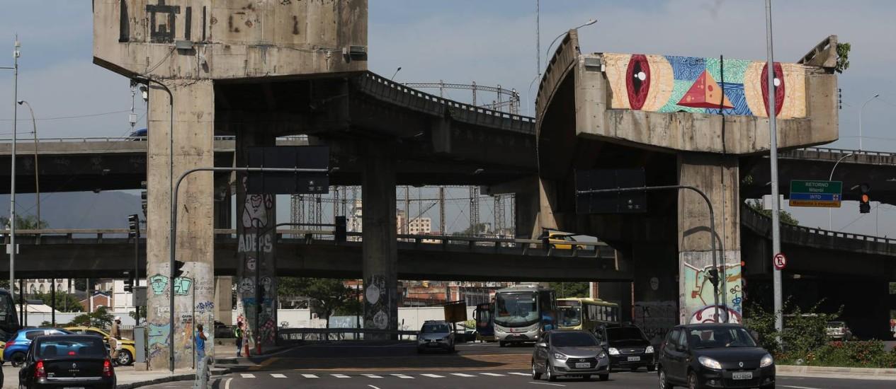 Pilares preservam obra de Gentileza e equilibram Gasômetro Foto: Custódio Coimbra / Agência O Globo
