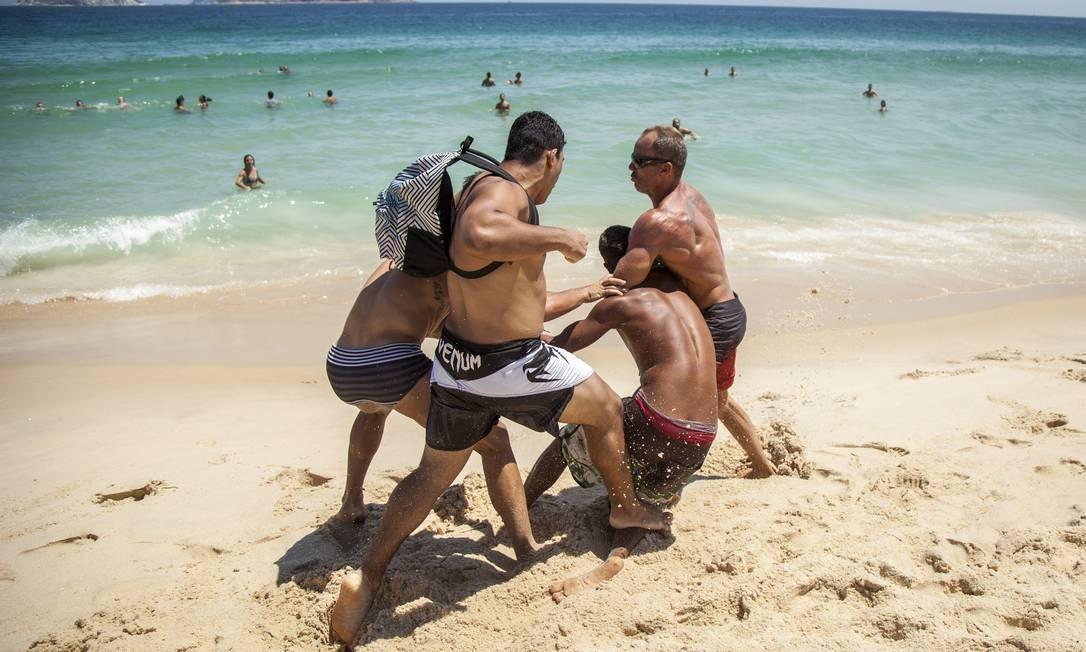 Bahistas agridem ladrão após assalto em Ipanema Foto: Hermes de Paula / Agência O Globo