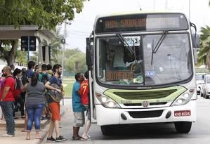 Passageiros entram em ônibus no Rio Foto: Domingos Peixoto