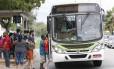 Passageiros embarcam em ônibus municipal
