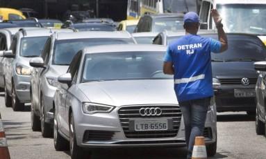 Carros para vistoria no Detran Foto: Antonio Scorza / Agência O Globo