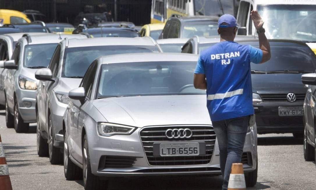 Carros chegam a unidade do Detran para vistoria Foto: Antonio Scorza / Agência O Globo